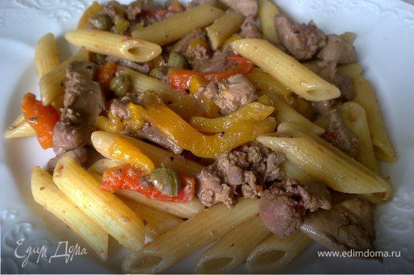 В большой кастрюле вскипятить подсоленную воду, отварить пасту al dente. Пока готовится паста в сковороде с толстым дном разогреть на среднем огне оливковое масло и 15 г сливочного, добавить печень, филе анчоуса, каперсы жарить около 3 минут, периодически помешивая. В самом конце добавить полоски паприки, добавить перец, соль. 30 г сливочного масла растопить, добавить к пасте, перемешать, сверху распределить соус с печенью и паприкой. Подавать горячим.