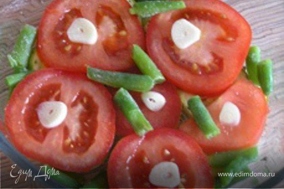 затем помидоры и стручковую фасоль. На помидоры выложить нарезанный чеснок.