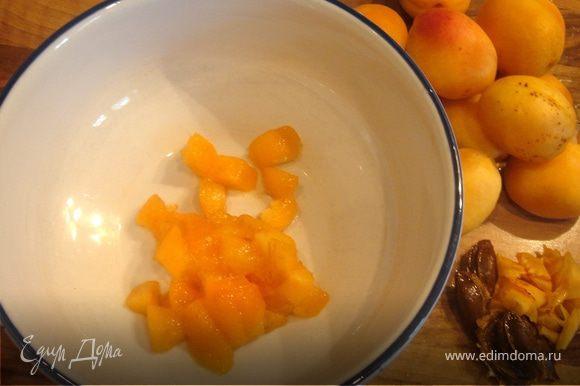 С абрикосов снять шкурку(необходимость этого шага для себя не уяснила,просто выполнила всё по инструкции).Со спелых плодов она снимается очень легко,не очень спелые надо обдать кипятком.Удалить кости и нарезать абрикосы средними кубиками.Добавить к абрикосовым кубикам ок.100 гр джема.