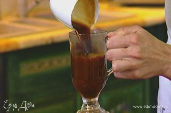 Сварить кофе эспрессо, перелить в бокал.