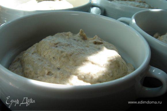 Выложить суфле в заранее подготовленные формы(у меня суповые пиалки).Если вы планируете подавать суфле на праздничный стол в качестве закуски,то воспользуйтесь силиконовыми формами или маленькими креманками.На противень поставить формы,затем аккуратно вылить под них воду.
