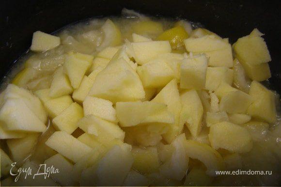 Яблоки почистить и порезать на кубики. Добавить к лимонам.