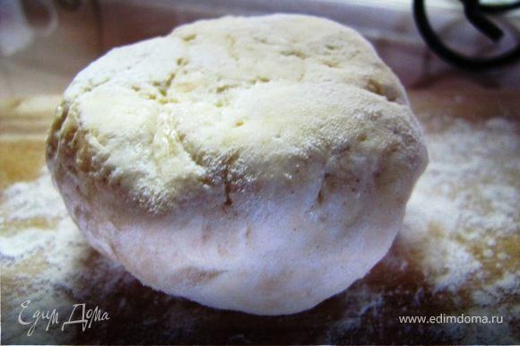 Творог тщательно перемешиваем с яйцом, мукой, сахаром, солью, ванилью до однородной массы.