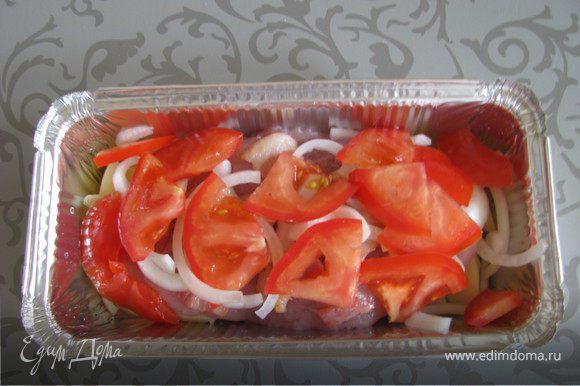 Затем лук и помидоры.