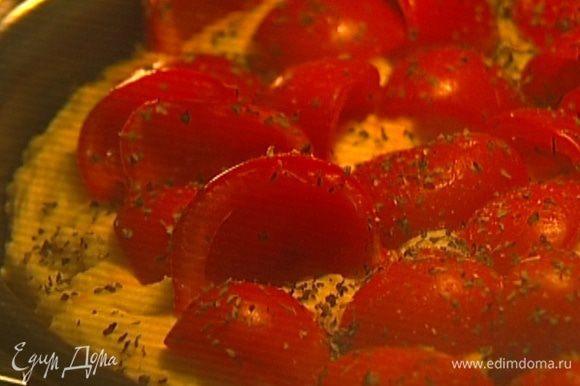 Посыпать сухим базиликом, посолить, поперчить и отправить в разогретую духовку на 20–25 минут.