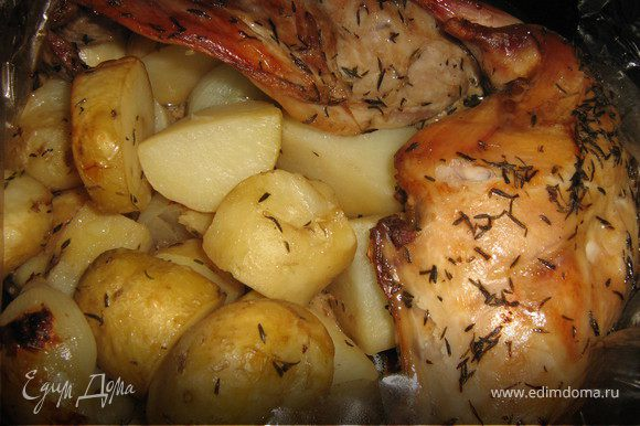"""за 10 минут до готовности,пакет разрезать и дать картофелю и кролику подрумянится(я перевела духовку в режим """"гриль"""")"""