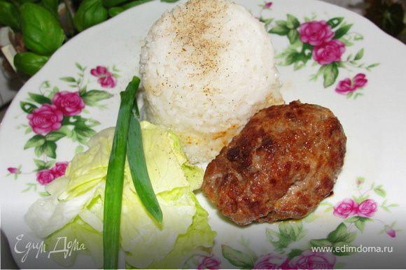 Люля-кебаб готовы. Подаем с картошкой или рисом, присыпав маринованным в уксусе луком. (Я в этот раз готовила без лука, с салатом) Приятного аппетита!
