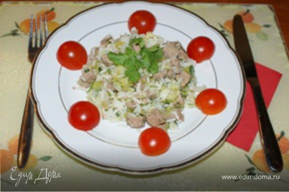 Через 20-30 минут блюдо готово. Выложить на тарелку, украсить и можно подавать на стол. А оставшийся от мяса бульон можно использовать для супа. Приятного аппетита!