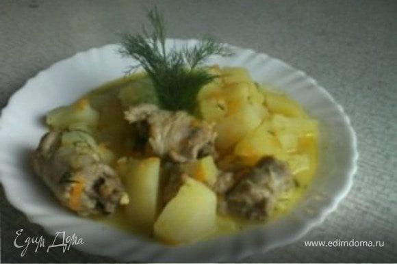 Вот блюдо и готово) Готовим легкий салатец, сервируем стол и приятного)!