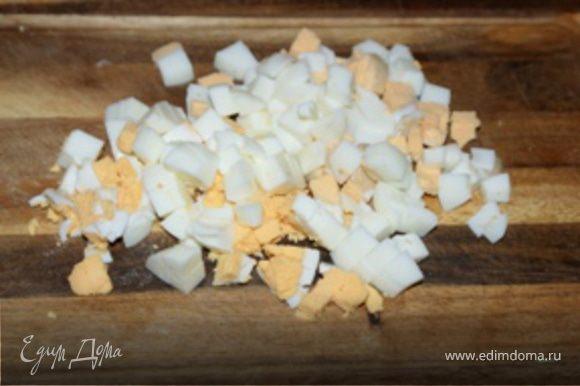 Яйца почистить, порезать кубиками, и добавить к луку.