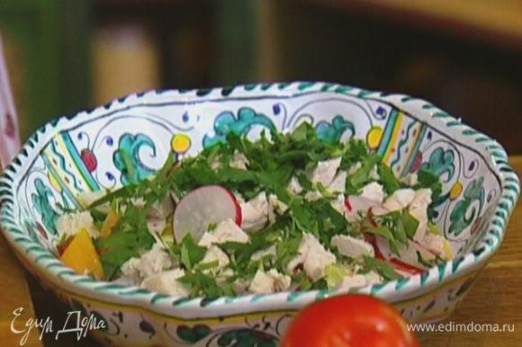 Выложить помидоры, перец, огурцы, редиску, куриное мясо и зелень на блюдо, все перемешать.