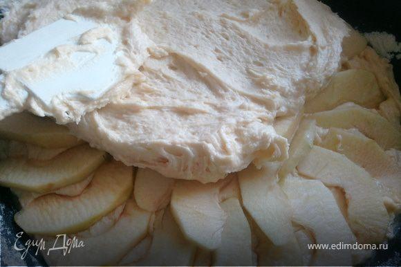 Выложить половину теста в смазанную маслом и присыпанную мукой форму.Сверху положить половину яблок. Выложить оставшееся тесто и сверху оставшиеся яблоки.Смазать верхний слой растопленным сливочным маслом и присыпать сахаром.