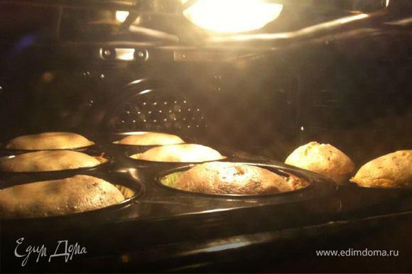 Тесто получается розоватым.Не пугайтесь что тесто получилось жидким оно таким должно быть.Заливаем тесто в маленькие формочки для кексов и ставим в уже заранее разогретую духовку (180 градусов)и выпекаем 15-20 минут.