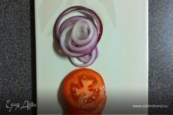 затем лук и помидоры и сверху котлету