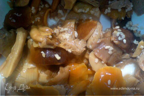 если грибы целые,то разрезать на небольшие кусочки
