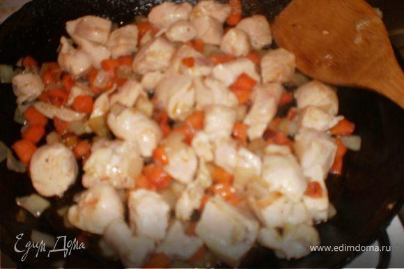 Курицу нарезать небольшими кусочками, обжарить на масле. Добавить нарезанные кубиками лук и морковь. Залить водой или бульоном и тушить до готовности.