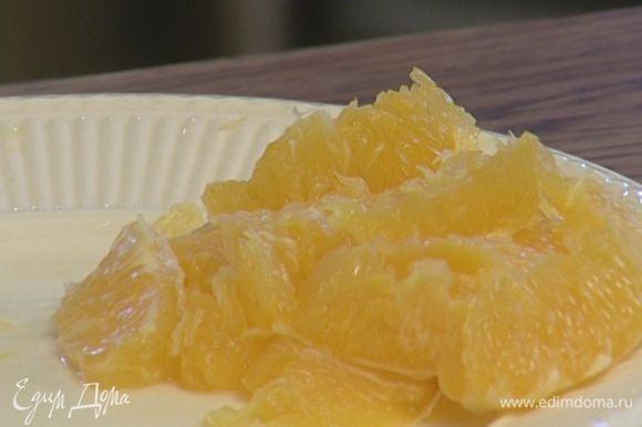 Апельсины очистить от кожуры и перепонок, мякоть нарезать небольшими кусочками.