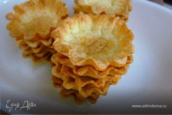 Выпекать тарталетки в заранее разогретой до 200С духовке минут 15 или до зарумянивания! Таким образом испечь все тарталетки, если тесто осталось, его можно заморозить!