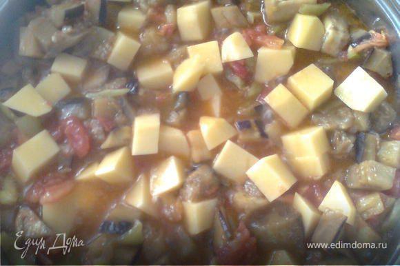 если,кто хочет(это по вкусу)когда выйдет сок помидора,мажет добавить порезанный кубиками картошку,