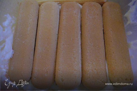 Сначала я сделала крем: маскарпоне смешала с сахарной пудрой и мелко нарезанным базиликом. Добавила ликер. Потом все традиционно. В форму, застеленную пищевой пленкой налила слой крема. Уложила слой савоярди (смачивать в ликере не стала, так как добавила его в крем, но если любите более нежную структуру, то лучше намочить в ликере или клубничном соке).
