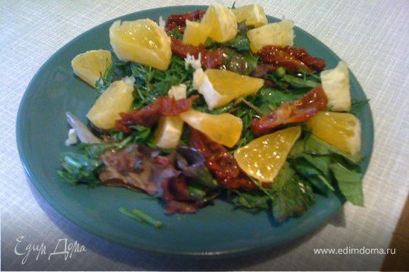 На тарелку выложить смесь зелени (листья крупные только рвать, не резать), мелко нарезать апельсин, томаты, сбрызнуть оливковым маслом и соусом бальзамическим. Можно посыпать поджаренными на сухой сковороде кунжутом.