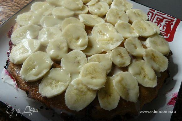 готовый пирог смазываем сгущенным молоком и выкладываем слой бананов.