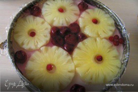 На торт выложить кольца ананаса (у Вас другие фрукты/ягоды), вишню и бруснику. Залить желе и поставить торт обратно в холодильник до застывания. Готовый торт аккуратно вынуть из формы и наслаждаться вкусом!
