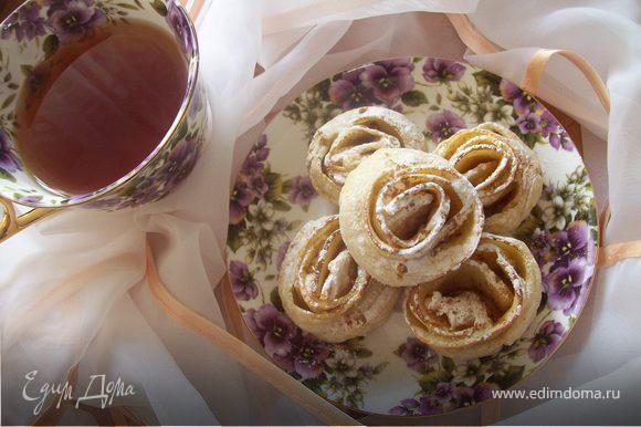 Готовые яблоки присыпать сахарной пудрой и корицей.