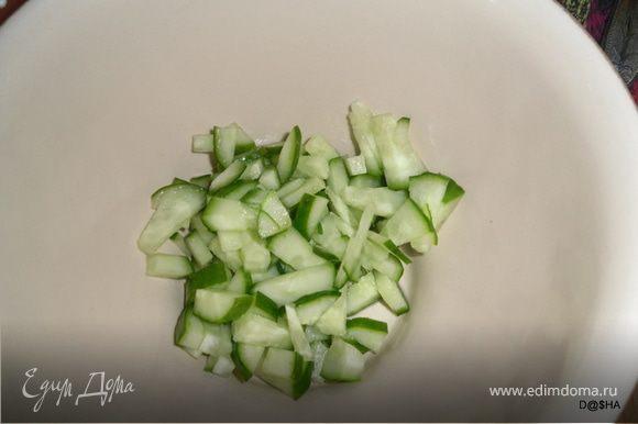 """Отварить отдельно свеклу до готовности.В кастрюле отварить картофель, порезанный кубиками.Как только сварится картофель, посолить и всыпать тертую на терке свеклу.Накрыть крышкой и дать остыть и настояться.Разлить по тарелкам: Далее, вариант """"1(так сказать вегетарианский или кто на диете): огурчик кубиками добавить,"""