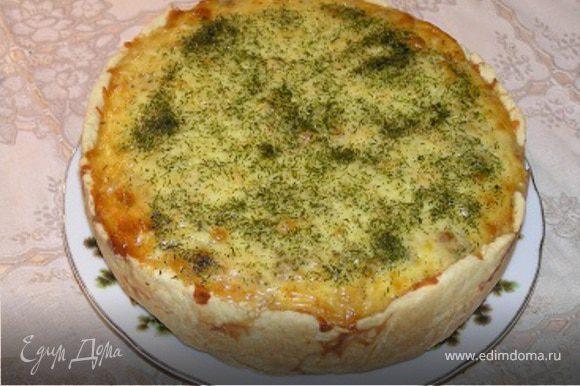 К остуженному фаршу добавить измельченный шпинат и мелко нарезанный чеснок, затем сливки, взбитые яйца и 1/3 натертого сыра. Все тщательно перемешать и выложить на тесто в форме. Сверху присыпать оставшимся тертым сыром и сушеным укропом, выпекать при 180* 30-35 минут.