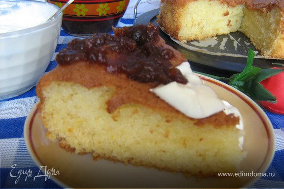 Сливки взбить со сметаной. Перевернуть форму на блюдо и вынуть пирог. Нарезать его на порции. Разложить куски по порционным тарелкам, полить финиковым сиропом. Рядом положить по 2 ст. л. сливочно-сметанной смеси.