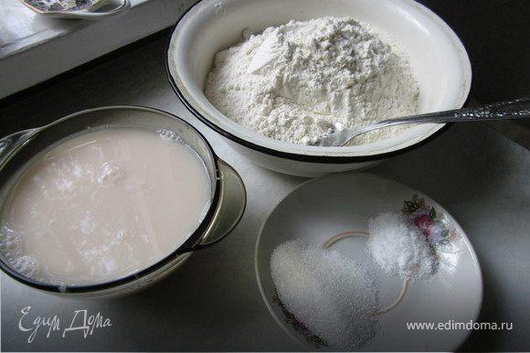 Дрожжи растворить в теплой воде. Муку просеять, добавить соль и сахар, влить дрожжи и замесить тесто.
