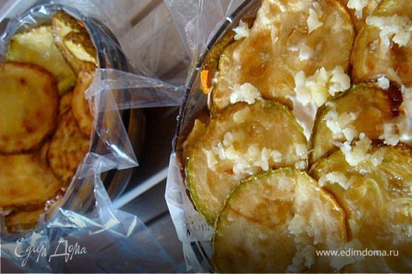 Далее выложить кабачки по краям всей формы и на морковь. Порезать картофель кубиками и выложить на кабачки (по две картошки на порцию. Присыпать давленным через пресс чесноком и немного посолить. Заправить (намазать слой) майонезом/сметаной. След.слой- огурчики (распределить пополам в обе формы)+майонез/сметана. Сверху положить в один слой кабачки и присыпать чесноком пропущенным через пресс.