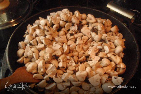 Когда из грибов выпарится лишняя влага, добавить шампиньоны.