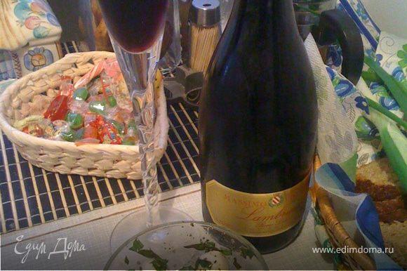 Бокал красного вина на ужин - блаженство!К нему мини-моцарелла и оливки, с добавлением любых специй (какие вам нравятся) и оливкового масла. У нас замечательное итальянское игристое вино Lambrusco (Ламбруско).