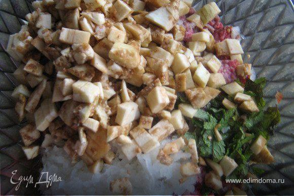 В говяжий фарш добавить измельчённый лук,чеснок,мяту,нарезанные мелкими кубиками мякоть баклажан,посолить,поперчить,всё хорошенько перемешать.