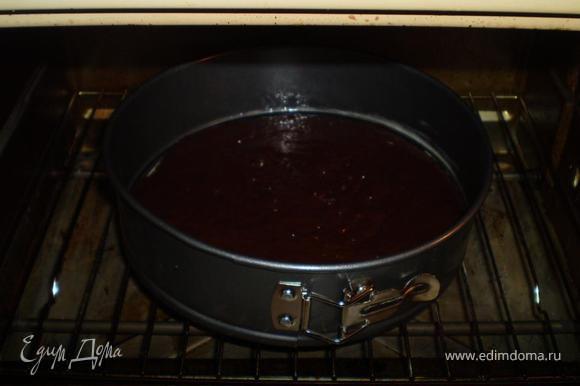 А пока готовим шоколадное тесто. Все тоже самое, только к муке добавляем какао и выпекаем еще один корж