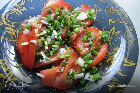Томат нарезать крупно, полить маслом, соевым соусом, слегка посолить и поперчить, посыпать мелко нарезанным зеленым луком и поставить мариноваться.