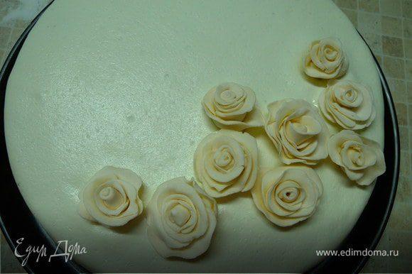 Розы я делала заранее за пару дней. Они у меня сохли в лотке из под яиц.