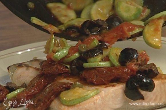 Уложить семгу на блюдо, сверху выложить овощи и сбрызнуть оливковым маслом.