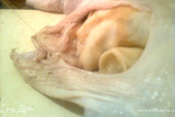После того как вся курица будет заполнена ее нужно зашить, сначала горлышко, потом низ.