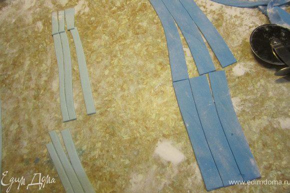 Из белой, голубой, коричневой мастики делаем полосочки.