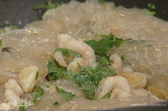 Влить соевый и рыбный соус и еще раз перемешать. Присыпать оставшейся кинзой и подавать.
