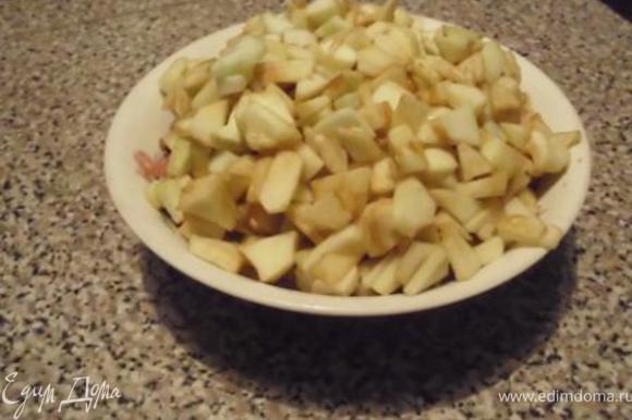 Яблоки (непременно кисловатые) почистить, мелко порезать. Если яблоки недостаточно кислые, сбрызнуть лимонным соком. Крупно порубить орехи.