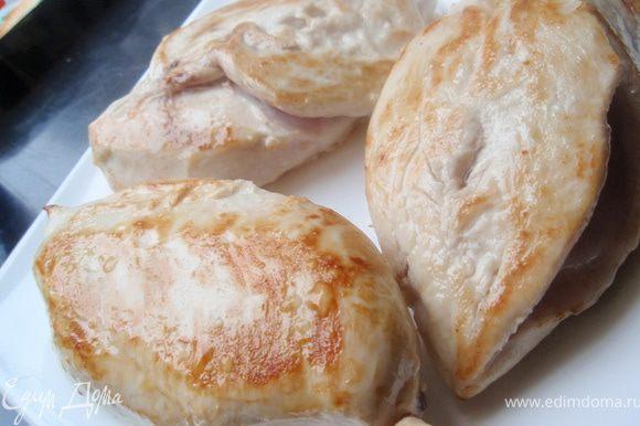 Куриное филе промыть, просушить бумажным полотенцем. Обжарить с двух сторон на небольшом количестве масла до золотистого цвета. Снять с плиты и посыпать солью немного.