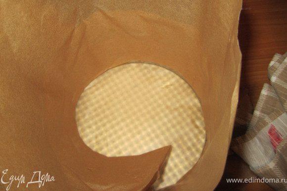 Берем разъемную форму, дно и края закрываем пергаментной бумагой. Заливаем коричневое суфле.