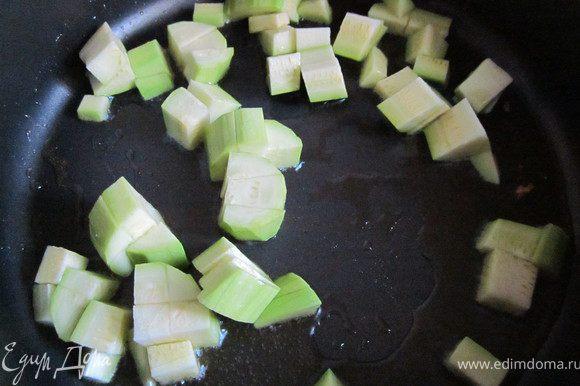 Кабачок очистить и нарезать мелким кубиком, положить в сковороду