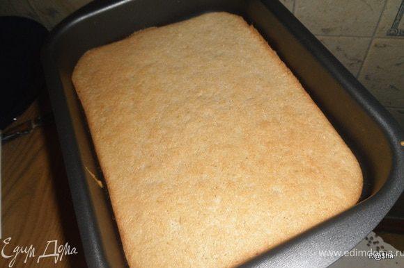 Смешать муку, крахмал и разрыхлитель.Маргарин растереть с сахаром и желтками, добавить к муке.Ввести взбитые белки.Перемешать.Массу выложить в форму.Выпекать 30-40 мин.(проверить палочкой) при 180 градусах.