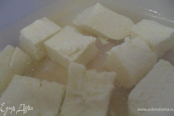 В воде разводим соль, заливаем рассолом кусочки сыра.Через пол часа можно пробовать.Хранить сыр в герметичной емкости в рассоле. P.S.Можно сыр и не резать на кусочки, а положить одним большим кусочком, но тогда воды и соли нужно больше