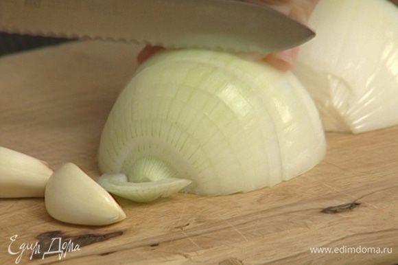 Оставшийся лук и чеснок крупно нарезать.